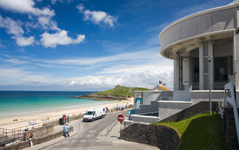 Tate Gallery overlooking Porthmeor Beach on a sunny summers day St Ives South West Cornwall England UK United Kingdom GB